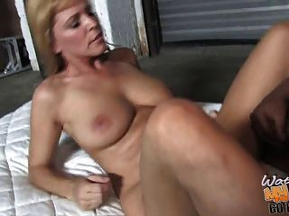 reife mama nicole moore nimmt bbc in ihrer alten pussy