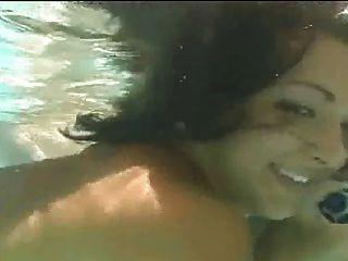 heiße Gruppensex in einem Schwimmbad