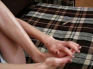 Mädchen leckt ihre eigenen Füße 1