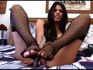 brunette masturbiert in sexy fishnets und panties