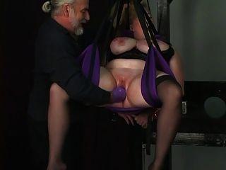 Sklave wird von Seilen gebunden und dom setzt einen Handschuh tief in ihre Muschi
