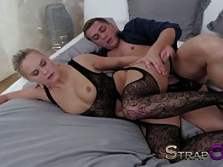 Strapon heiße blonde Frauen, die durch doppelte Penetration gefällt werden