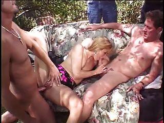 blonde Frau wird von zwei Gestüchern vor ihrem Mann gefickt