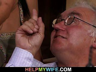 Der alte Mann schaut seine süße Frau ficken