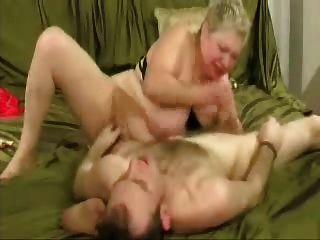 Schlampe Oma genießt mit jüngerem Mann. Amateur