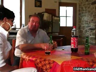 doppelfick auf einem tisch