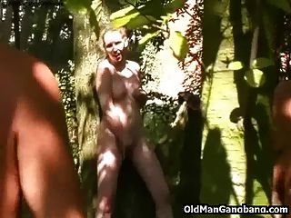 alte Männer ficken cutie in einem Wald