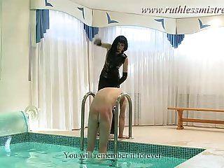 ein Sex-Diener im Pool