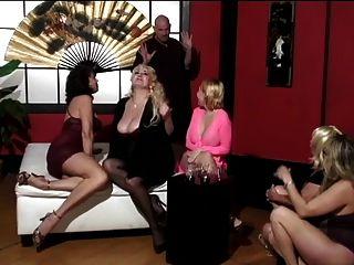 reife Frauen und zwei niedliche junge Freunde haben Glatzköpfig ihre Füße anbeten