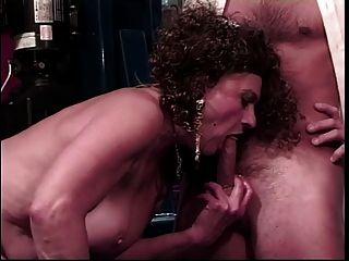 alte Schlampe bekommt ihre Pussy von jüngeren Kerl geleckt