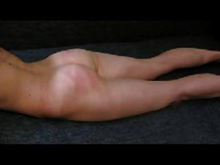 Ehemann peitschen Frau im Boden (kurzes Video)