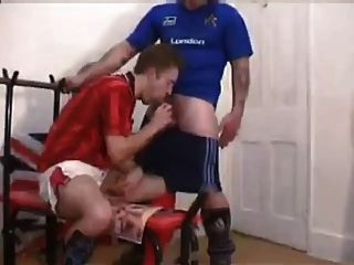 britische Fußball-Jungs ficken in der Umkleidekabine