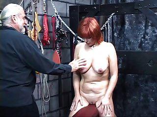 gebundenen rothaarigen Sklaven bekommt ihre Titten fest gespannt