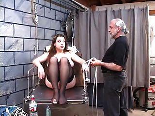dd gebunden Blondine in Korsett muss elektrischen Dildo montieren
