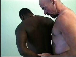 Rettungsschwimmer gibt Ebenholz cpr Hahn, pochend \u0026 ramming.