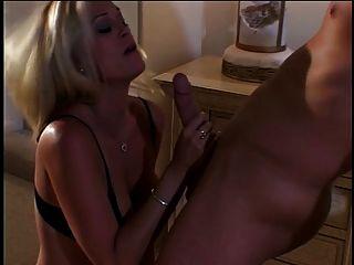 blonde Schlampe lässt Kerl lecken und ficken ihre Muschi auf dem Bett