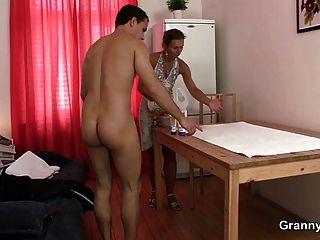 Oma masseuse saugt und reitet seinen Schwanz