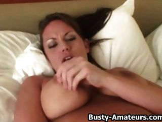 big boobs leslie masturbiert mit dildo