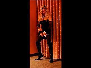 cortney wunderschöne blonde tranny in schwarzen Schlepper auf sie Hahn