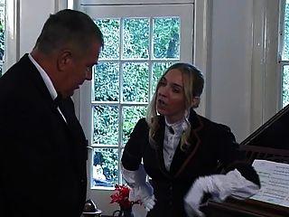 posh Dame des Manors schlägt Sklave mit Jagd Ernte