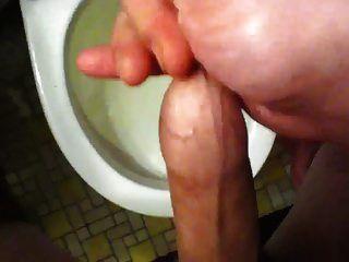 Cumming in Vorhaut wieder (vor der Dusche)