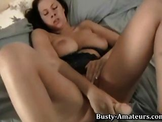 busty gianna masturbiert ihre Pussy mit großem Dildo