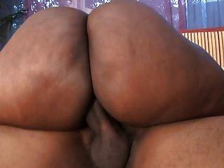 dicke schwarze Hure mit riesigen Titten bekommt ihre Pussy auf der Motorhaube eines Autos