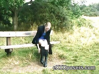 Redhead in Stiefeln blinken im Freien