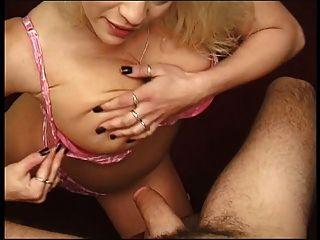 heiße Blondine bekommt Titten gefickt mit Jungs großen Schwanz
