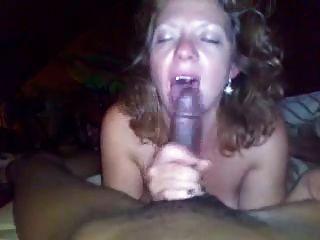 weiße reife Frau saugt Hahn an junge schwarze