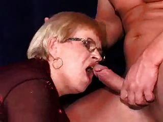 Oma in einem dp und Gesichtsbehandlung auf ihre Brille