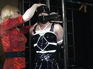 Kapuzen-Bondage-Babe in Dessous gebunden an Post