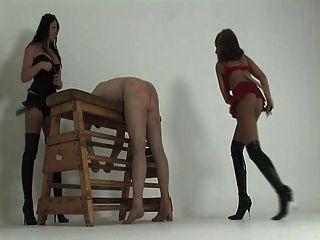 Kayla und Michelle peitschen ihren Sklaven