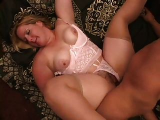 mollige haarige Blondine im Strumpf saugt und fickt