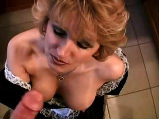 das Dienstmädchen gibt Blowjob, Gesichtsbehandlung