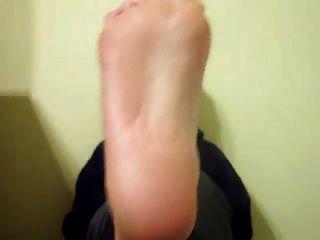 schnüffelnde Füße und Schuhe