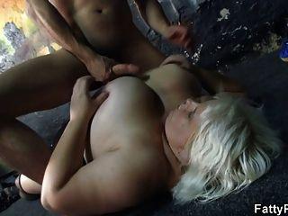 er schlägt ihre riesigen boobs und fette pussy
