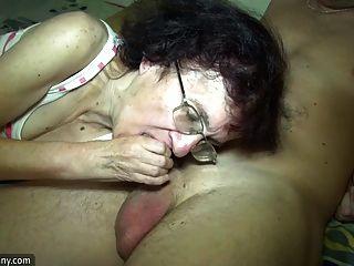 junges Mädchen und alte Oma haben Spaß im Badezimmer