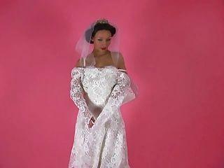 eine erotische Tease 001 eine Brünette Braut Streifen aus ihrem Kleid