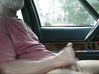 weißer bärtiger sexy dad versucht, im auto freizugeben