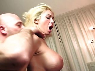 Evita Pozzi Kerl fickt busty Blondine im Bett