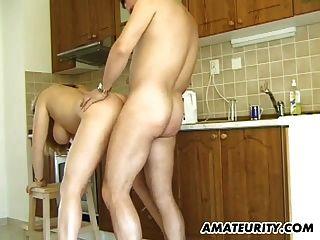 busty Amateur Milf gibt Kopf in ihrer Küche