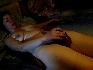 Lili masturbiert mit einem großen langen Dildo