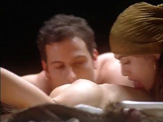 alyssa milano umarmung des vampirs (nackt auf dem bett)
