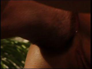 Drei Jungs sehen ein Mädchen rasieren ihre Muschi