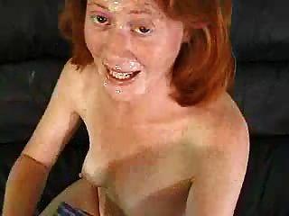 Redhead mag Sperma auf ihrem Gesicht