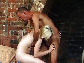 Skinny blasse winzige Tit haarige Blondine schlug
