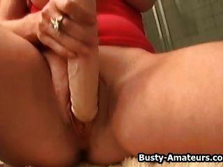 busty violet masturbiert ihre pussy im badezimmer