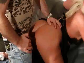 Sandra bekommt ihren schönen Arsch von älteren Mann gefickt