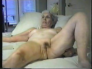 Oma lässt dich an ihre Pussy stecken.